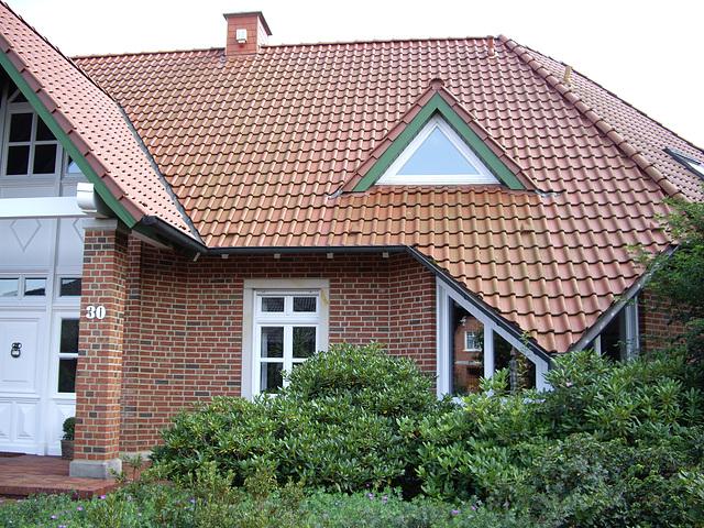 Ziegelhaus - Hauseingang links und Essecke rechts.
