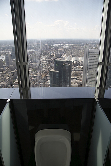 Toilet Dengan Pemandangan Gedung Pencakar Langit