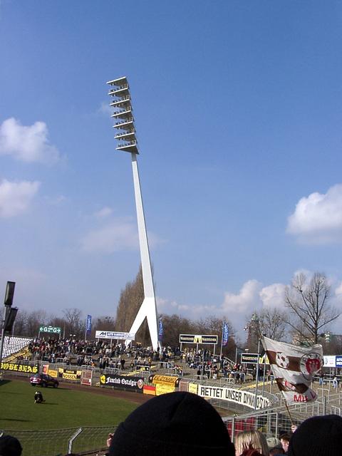 "Flutlichtmast (""Giraffe"") im Dresdner Stadion"