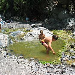 Kinder im Spiel mit dem Element Wasser