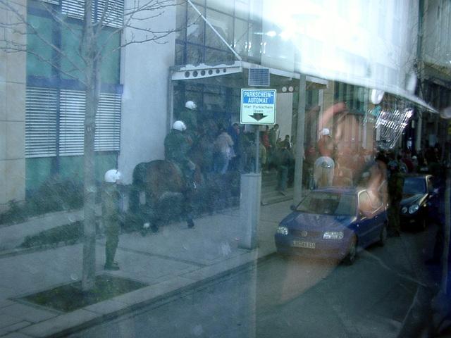 Berittene Polizei hält Dresdner Hools etwas auf Abstand
