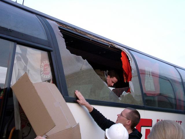Reparaturarbeiten an der eingeschmissenen Busscheibe