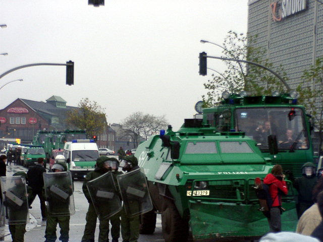 """Geschätzte 10 Wasserwerfer """"begleiteten"""" die Demonstration"""