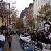 Demonstrationszug und frontal draufhaltende Presse auf Sensationssuche