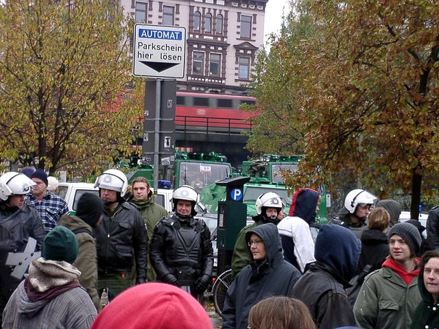 Wasserwerfer, Räumpanzer, Polizisten und wohl auch noch ein paar Demonstranten