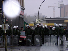 Polizeikessel mit wartenden Wasserwerfern