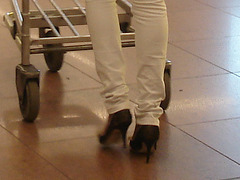 Noire très sexy en talons hauts aiguilles - Black Lady in tight pale pant and high heels -  Aéroport de Bruxelles .