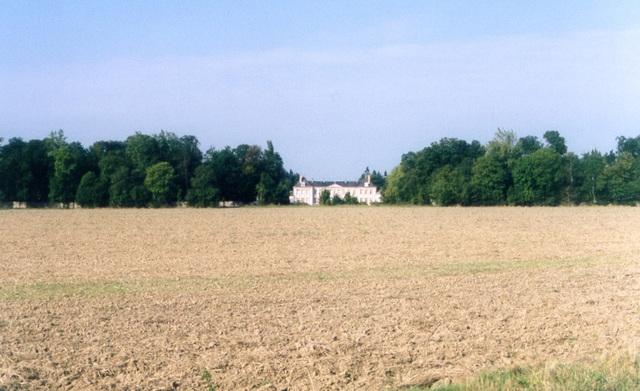 Le château de Bombon dans son parc boisé.