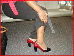 Black Lady in black & red hammer heels -  Noire sexy en beaux souliers à talons hauts rouge & noir - Avec permission / With permission - Aéroport de Bruxelles.