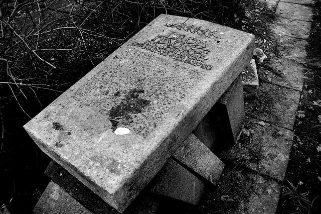 Ankaŭ tomboŝtonoj mortas iam.