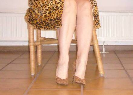 Elsa - Leopard pumps and outfit with fautless legs - April 2007 . With / Avec permission