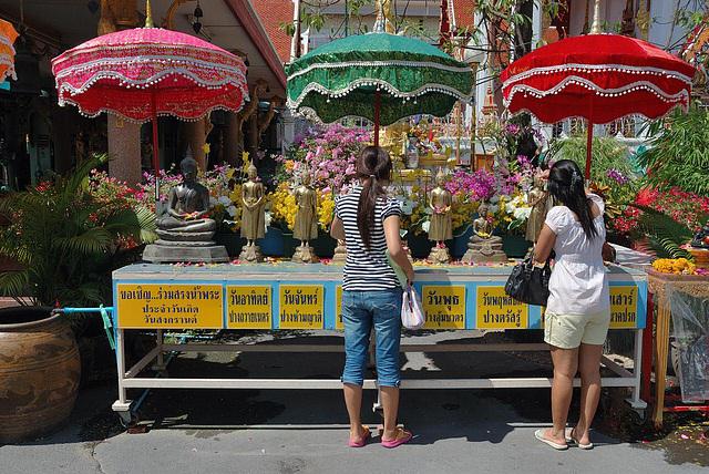 Buddha worship at Wat Pak Bueng