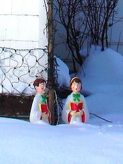 Anges musiciens et enfants de choeur dans la neige