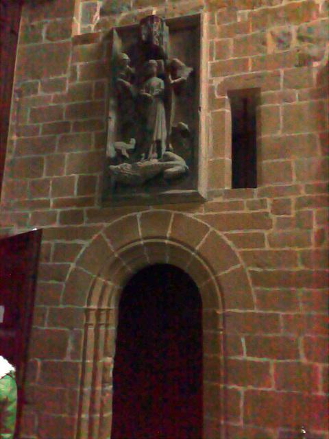Catedral de Pamplona: Puerta con escultura.