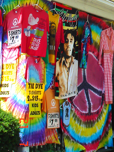 Colourful T-shirts display / T-shirts assortis de couleurs vives