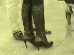 Bottes de Dominatrice sur plancher de tuiles luisantes - Dominatrix Boots on gleaming tiles flloor-  Aéroport de Bruxelles - Brussels airport - 19-10-2008- À l'ancienne