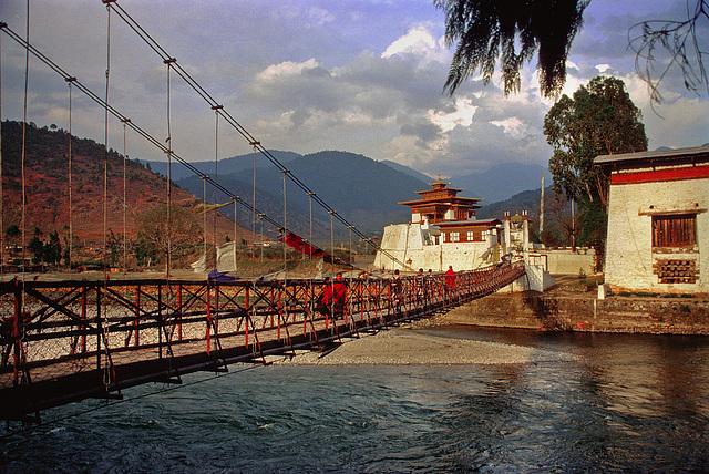 The rope bridge across the Mo Chhu (river)