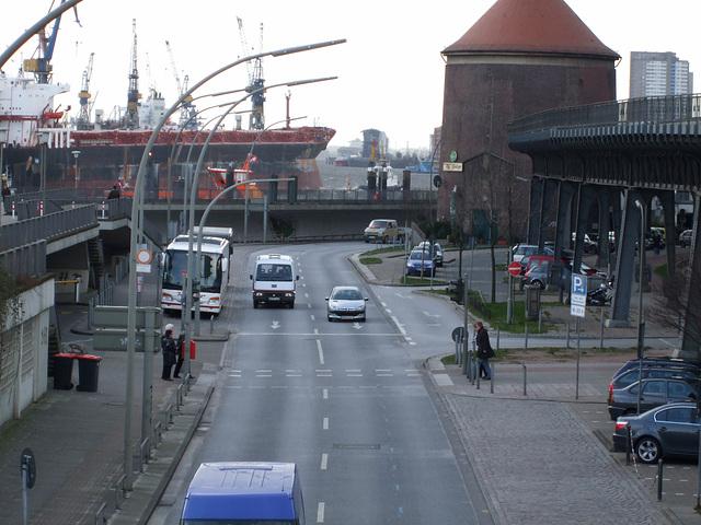 Grosser Frachter an den Landungsbrücken / DSCF1682