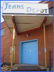 Jeans dépôt en bleu / Jeans depot warehouse.