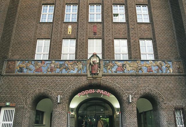 Rückseite des Bahlsen Gebäudes mit Kinderfries