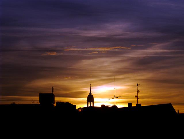 """Morgenhimmel mit leuchtender St. Michaelis - Kirche (""""Michel"""")"""