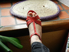 Christine !  Chaussures rouges à talons hauts dernier cri de Cricri !  In her new red wedding heels !