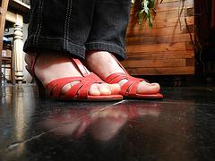 Christine !  Chaussures rouges à talons hauts dernier cri de Cricri !  In her new red wedding heels !