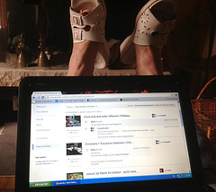 Christiane !!  Pieds jardiniers .....en pause /  Gardener feet in a laptop break  - 27 avril 2013 /  Recadrage