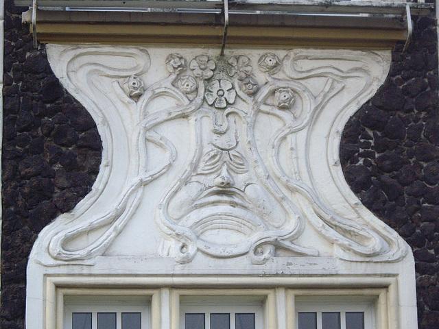 Detail zwischen Fenstern am Jugendstilhaus
