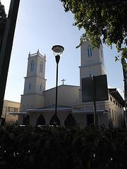 Église et lampadaire / Church and street lamp
