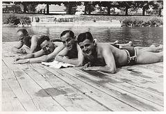 auf dem Bauch in Dreiecksbadehose - 1930'