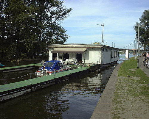 Hausboot Wassersportverein am Mainufer. 2003