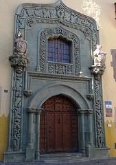 Ein Seiteneingang  des Rathauses