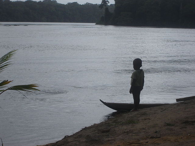 enfant au bord du fleuve