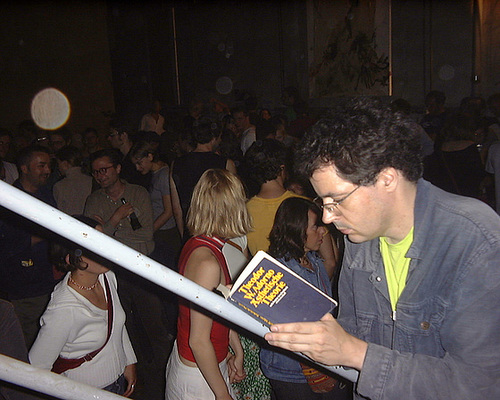 Adorno lesen auf der Manifesta Good Bye Party im Lola Montez. August 2002