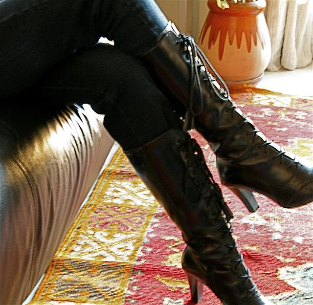 Une jarre et bottes de cuir
