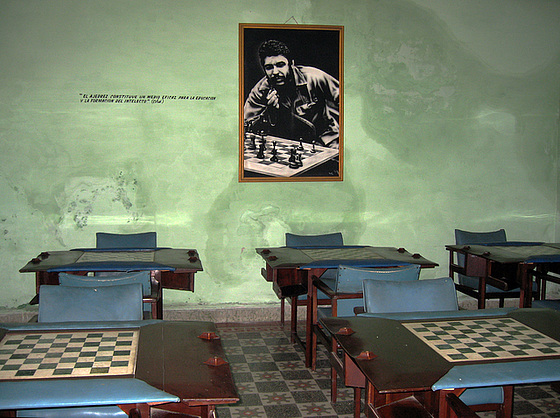 Che Plays Chess