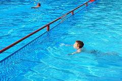 Vincent naĝas, Vincent schwimmt