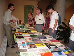 Larrouy kaj Pedro Sanz amuziĝas ĉe la libroservo