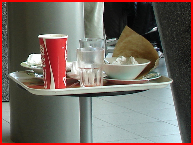 Coca-cola and water leftovers -  Plateau collation à la Coca-cola - Schiphol airport