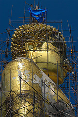 Cleaning and repairing the big image of Lord Buddha
