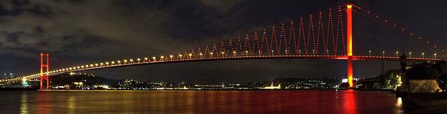 Le pont du Bosphore la nuit, Turquie