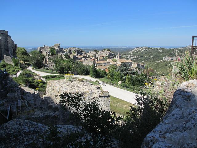 Vue du Château des baux de Pce sur le village