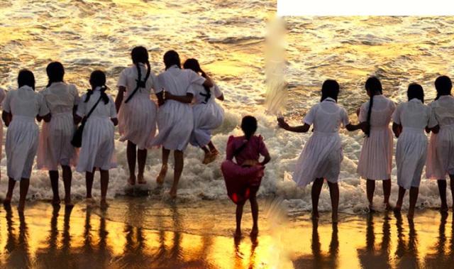 Fillettes du Sri Lanka au bord de la mer