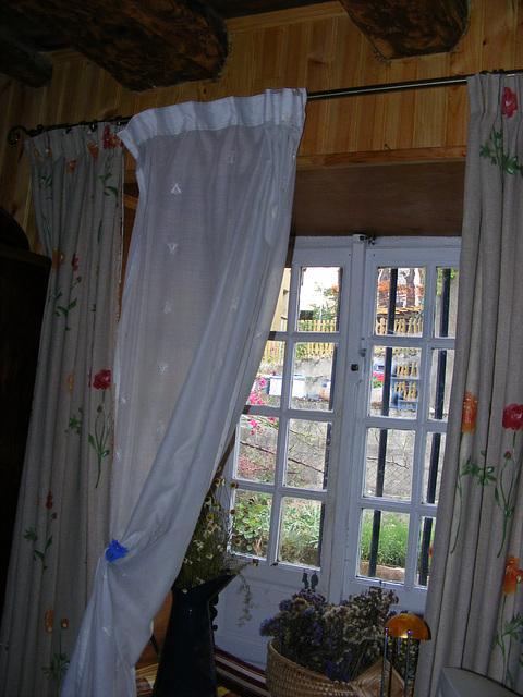 Petite fenêtre dans bureau-chambre d'amis