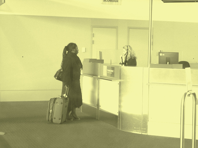 Ponytail Black Lady in wedges -  Brussels airport  / October 19th 2008 - Photofiltrée à l'ancienne.
