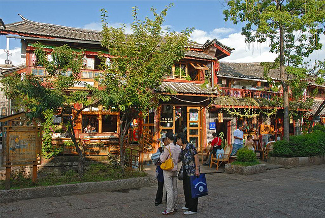 Walking through the alley in Lijiang