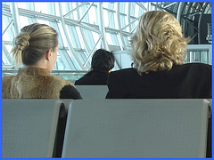 Blond duo waiting for their flight  - Duo de belles blondes - Boots under the seat  /  Bottes sous le siège  -  Brussels airport.