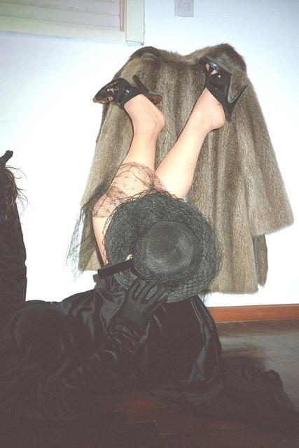 Lady Roxy - Chapeau et talons hauts avec jambes vers le haut - Hat and mules with hot legs toward the roof !