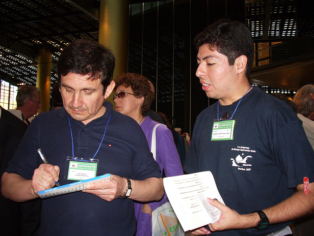 José A. Vergara, estrarano de UEA, petas al Eduardo Navas saluti nome de Salvadoro